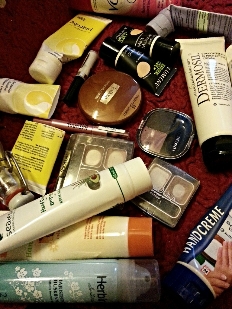 Minimalismia meikki- ja purkkikasoilla. Nämä parikymmentä joutavaa lähtivät viime viikolla.