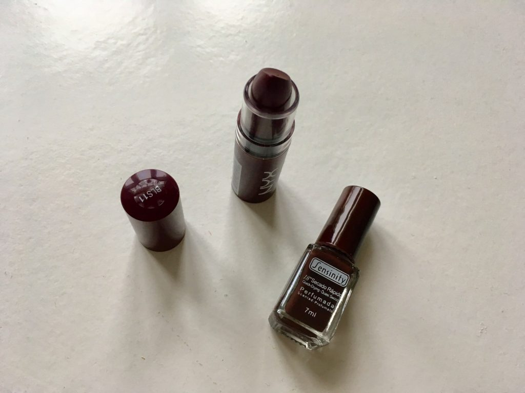 NYXin Butter Lipstick -huulipuna ja Sensinityn kynsilakka ovat uusia suosikkejani.