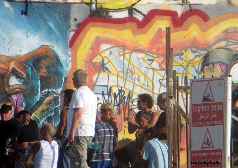 Joka perjantai yli 20-vuoden ajan ovat rumpujen soittajat kokoontuneet rannalle vanhojen muurien suojaan auringon laskiessa soittamaan, monet tanssivat, ihaillaan aaltoja, jotka lyövät vasten muuria,  auringon laskua.