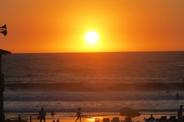 Israelissa on päivä ja yö, valoisaa ja pimeää. Aurinko laskee nopeasti horisontin taa.