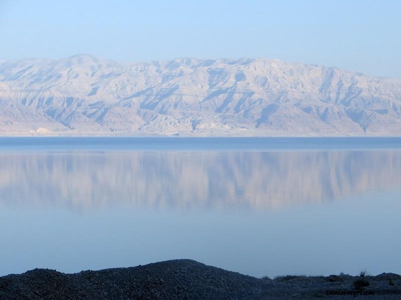 Vastapäätä näkyvät Jordanian vuoristot.