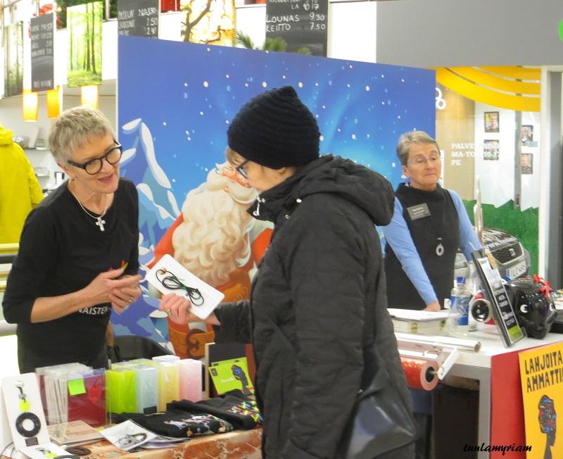 Naisten pankki kerää varoja myös myymällä paikallisten taiteilijoiden tuotteita, mm. kynttilöitä, koruja ja kortteja.