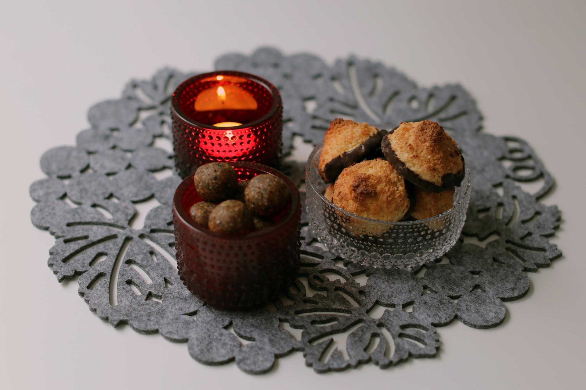 Maapähkinä-kaurapallot sopivat uudenvuoden cocktailpaloiksi Kastehelmi-sarjan astiat ovat ihanan ajattomia.